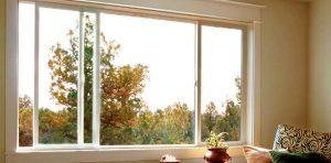Используйте раздвижные окна и двери, чтобы сделать жилую зону более просторной